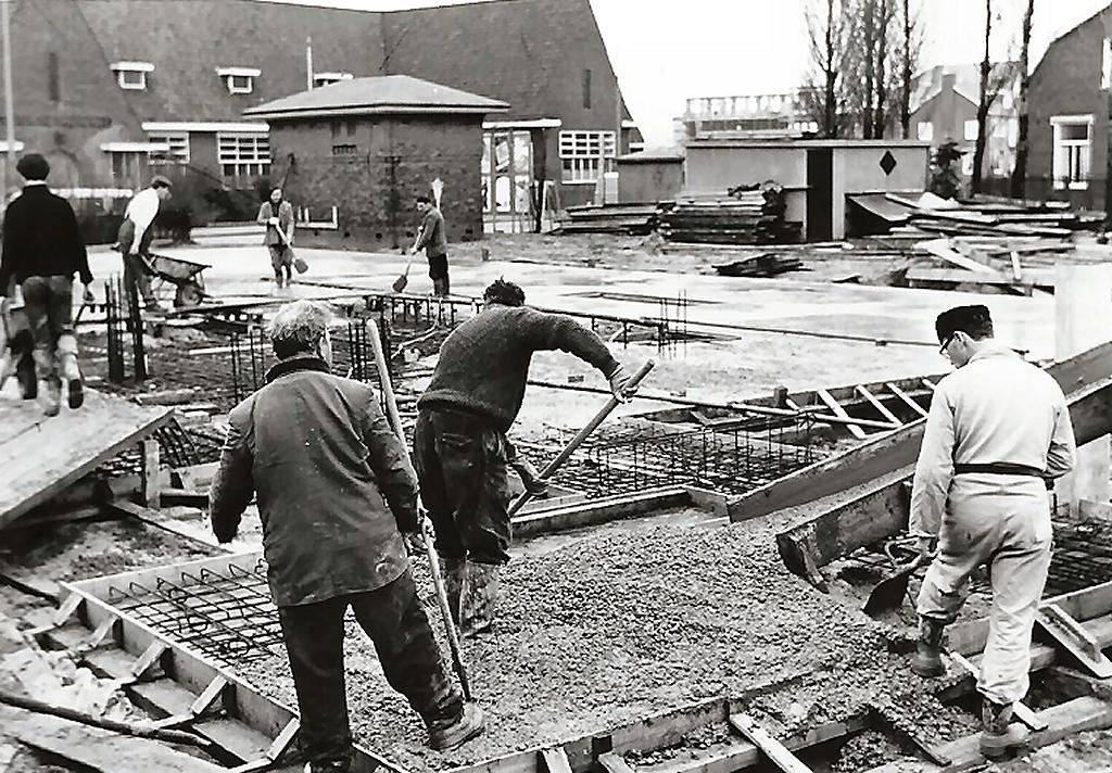 1966 Op de achtergrond de koningin Emmaschool (1929) - nu Pipeloi