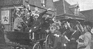 De foto die rond 27 juli 1940 in veel landelijke kranten heeft gestaan: De kinderen worden door de burgemeester verwelkomd en met rijtuigen en boerenwagens naar hun logeeradressen gebracht.