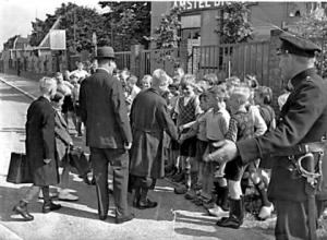 18 Jongens en meisjes komen eind juli naar Ilpendam en worden bij de tramhalte door leeftijdgenoten welkom geheten.