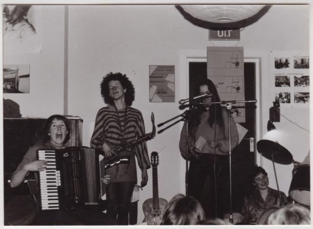 Barricaden-Rot_demo_8mrt_1983_vrouwenband