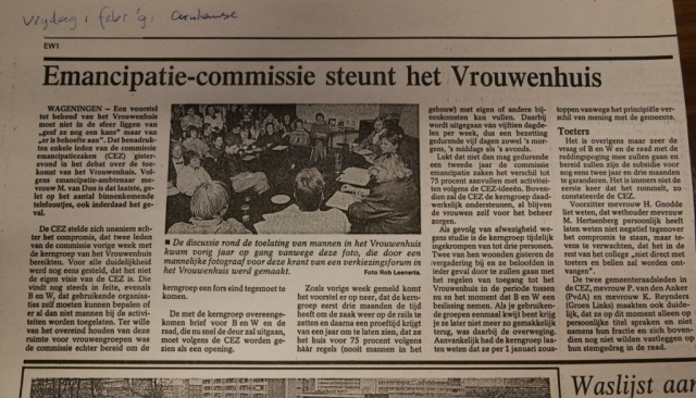 Overleg in 1991. Enkele vrouwen kijken gepikeerd over de fotograaf die toch binnen mocht (bron: gemeentearchief)